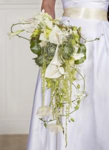 Свадебный букет белый с зеленым модные тренды 2018