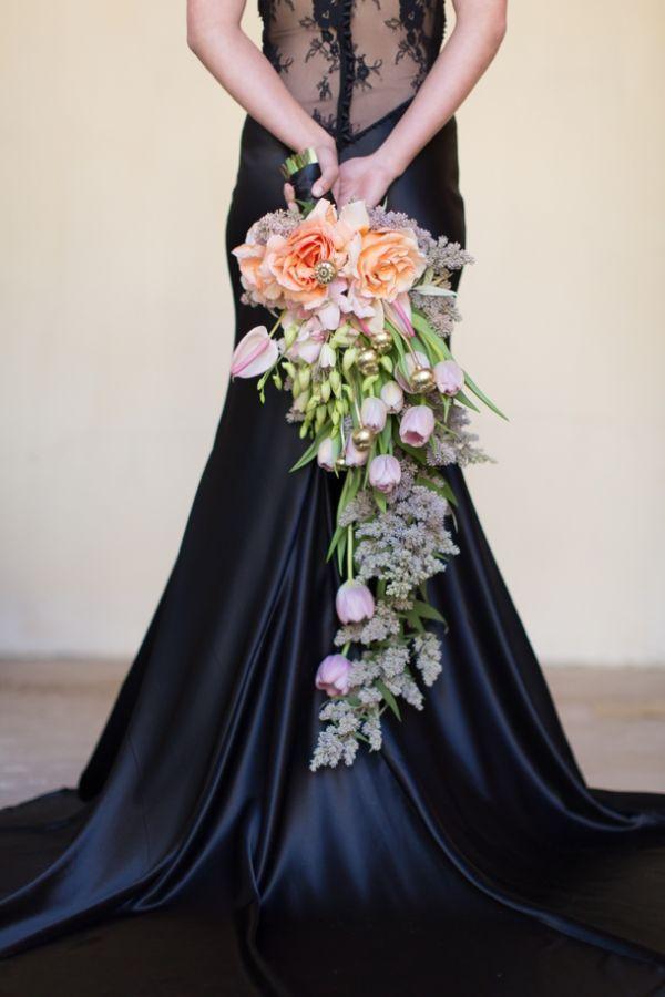 Свадебный букет невесты большой каскадный с тюльпанами пионами и лавандой модные тренды 2018