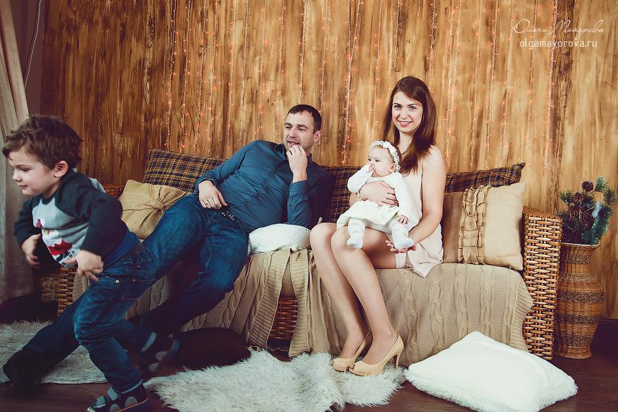 Портрет семьи в студии с детьми