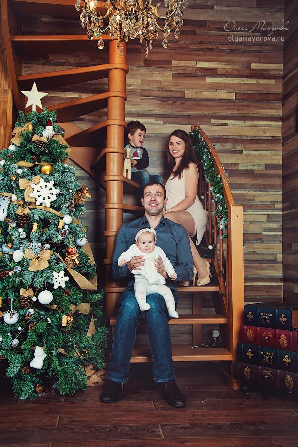 Фотосессия семьи с детьми в студии зимой