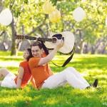 Лав стори фотосессия в Коломенском с воздушными шарами и гитарой