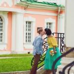Лав стори фотосессия Анны и Валентина в Кусково лестница влюбленные пара поцелуй