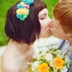 Лав стори фотосессия Анны и Валентина в Кусково влюбленные пара поцелуй желтый букет цветы
