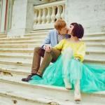 Лав стори фотосессия Анны и Валентина в Кусково пара поцелуй лестница сидят цветы букет желтый голубой бирюзовый старинное