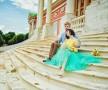 Лав стори фотосессия Анны и Валентина в Кусково влюбленные пара невеста сидят лестница желтый голубой старина