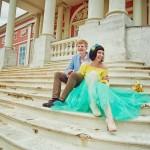 Лав стори фотосессия Анны и Валентина в Кусково влюбленные лестница сидят пара смеются смех букет невеста желтый голубой