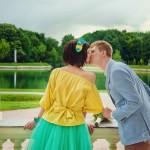 Лав стори фотосессия Анны и Валентина в Кусково влюбленные пара поцелуй балкон пруд лето желтый голубой