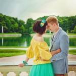 Лав стори фотосессия Анны и Валентина в Кусково влюбленные пара балкон букет объятия обнимашки венок желтый голубой цветы