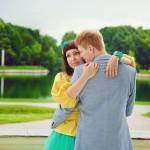 Лав стори фотосессия Анны и Валентина в Кусково пара объятия обнимаются балкон лето пруд венок желтый голубой бирюзовый задумчиво