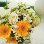 Лав стори фотосессия Анны и Валентина в Кусково букет цветы желтый