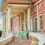 Лав стори фотосессия Анны и Валентина в Кусково влюбленные бегут лестница папндус лето синее небо желтый голубой счастье радость нежность