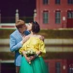 Лав стори фотосессия Анны и Валентина в Кусково влюбленные пара поцелуй объятия лето желтый голубой пруд голландский домик