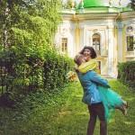 Лав стори фотосессия Анны и Валентина в Кусково влюбленные пара тропинка усадьба лето кружится на руки на руках желтый голубой счастье весело любовь чувства