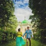 Лав стори фотосессия Анны и Валентина в Кусково влюбленные пара идут тропинка усадьба трава небо облака желтое синее нежность любовь лавстори lovestory