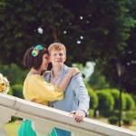 Лав стори фотосессия Анны и Валентина в Кусково влюбленная пара лестница нежность взгляд лето солнце усадьба желтый голубой