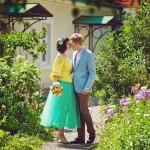 Лав стори фотосессия Анны и Валентина в Кусково лето тропинка лавстори цветы зелень поцелуй желтый голубой lovestory