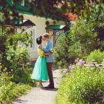 Лав стори фотосессия Анны и Валентина в Кусково lovestory лео пара влюбленные объятия обнимаются цветы зелень солнце поцелуй лавстори тропинка желтый голубой