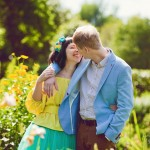 влюбленные пара цветы лето солнце букет взгляд нежность чувства желтый голубой руки couple summer hands yellow flowers love lovers tender kiss поцелуй