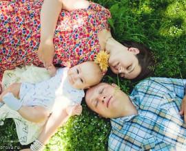 Семейная фотосъемка с ребенком в Коломенском родители ребенок трое на траве лежат лето солнце счастье нежность покрывало семья