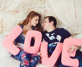 Новогодняя фотосъемка в студии пары перед свадьбой зимой